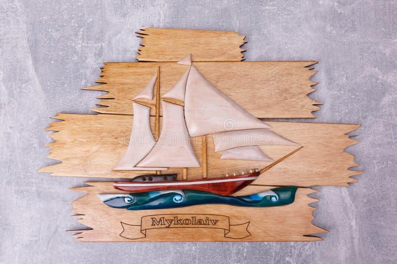 Een houten raad met een schip stock fotografie