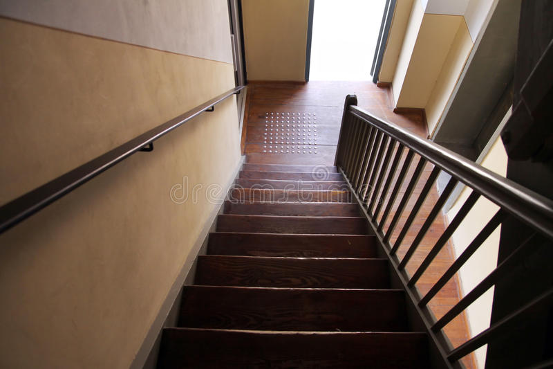 een houten trap in een oud huis stock afbeelding afbeelding bestaande uit stairs huis 60440249. Black Bedroom Furniture Sets. Home Design Ideas