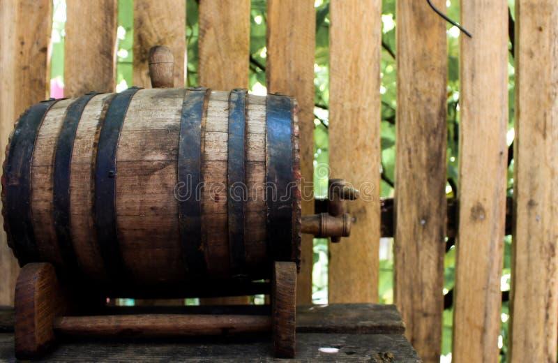 Een houten vaatje op lijst royalty-vrije stock afbeelding