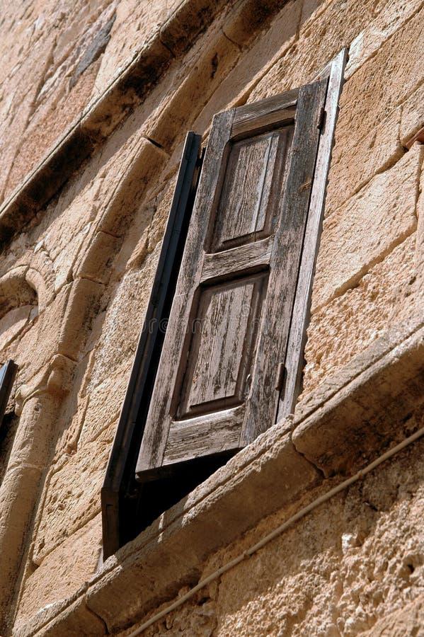 Een houten venster in een gebouw royalty-vrije stock afbeeldingen