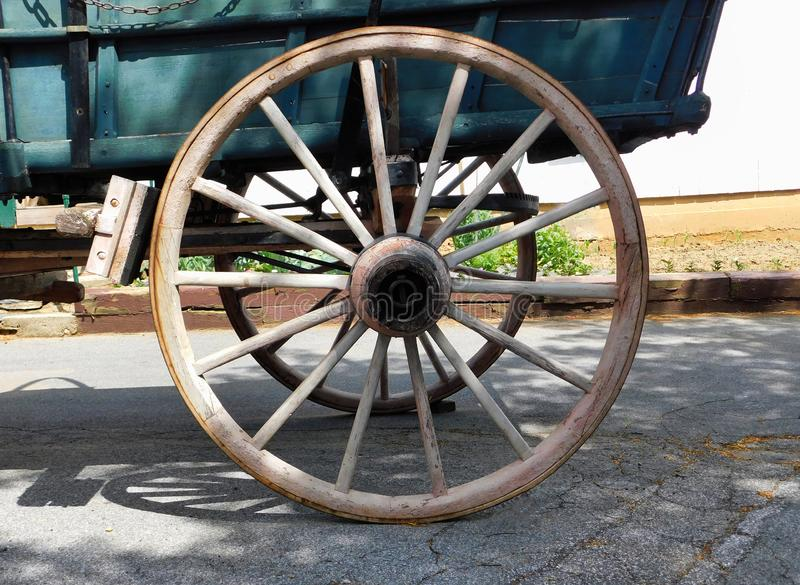Een houten wagenwiel stock foto's