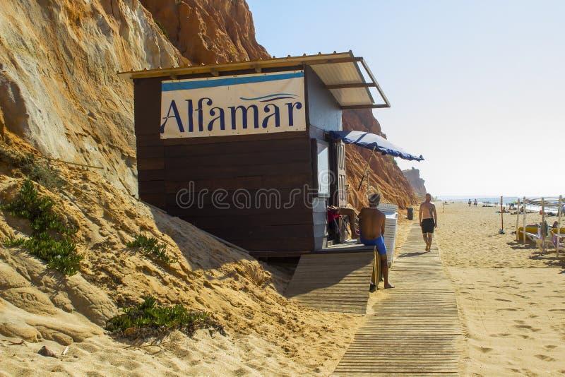 Een houthut die tot Alfamar-Hotel op Falesia-Strand Portuga behoren stock afbeeldingen