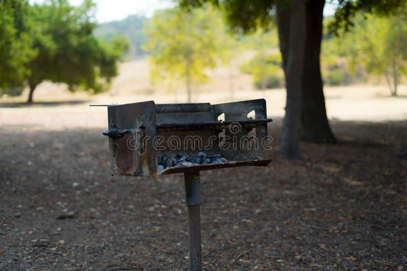Een Houtskoolgrill in het park royalty-vrije stock afbeeldingen