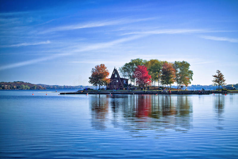 Een huis op een eiland stock afbeelding