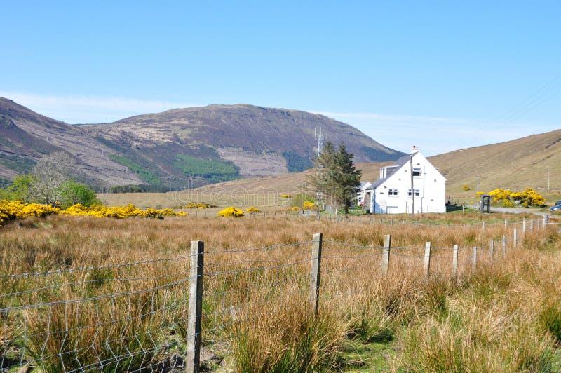 Een huis in platteland en mooie mening stock fotografie