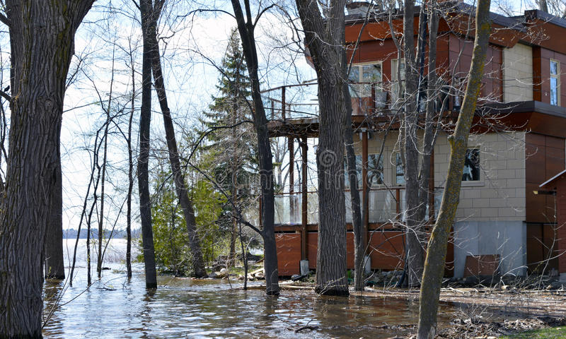 Een huis wordt bedreigd door toenemende waterenniveaus van de rivier royalty-vrije stock foto's