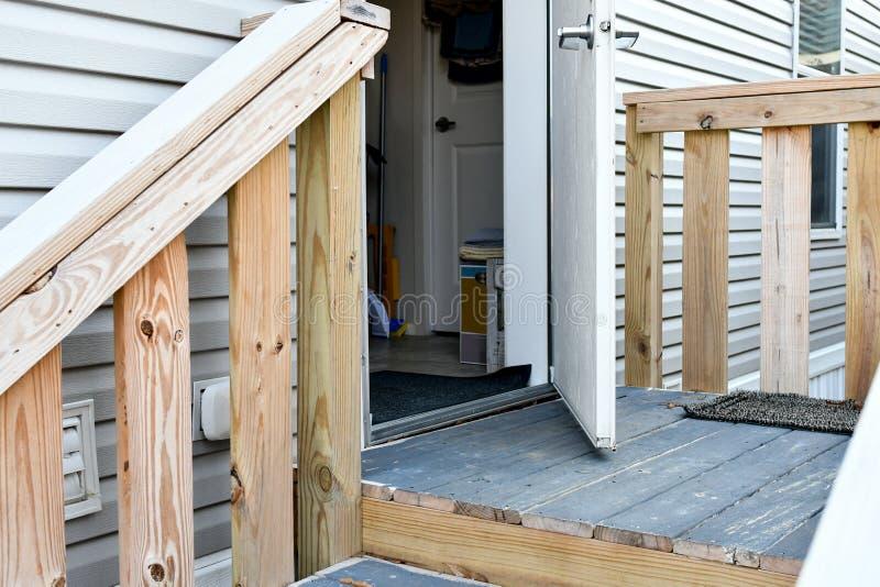 Een huisdeur wordt opengelaten aan de wind van verse lucht royalty-vrije stock foto