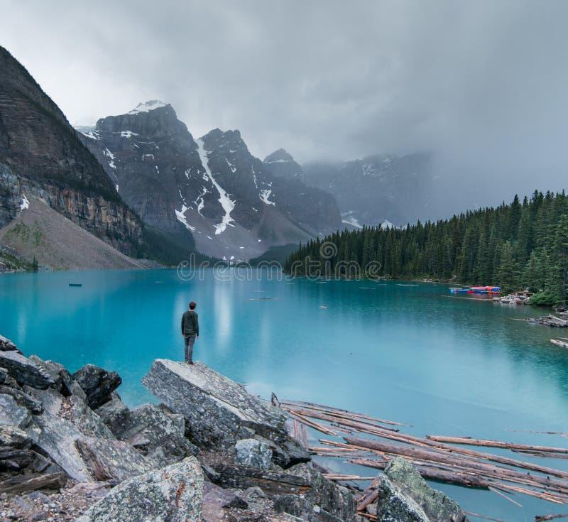 Een humeurige avond bij Morenemeer in het Nationale Park van Banff stock fotografie