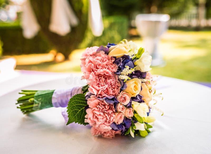 Een huwelijksboeket met een verscheidenheid van bloemen en partijen van kleuren stock afbeeldingen