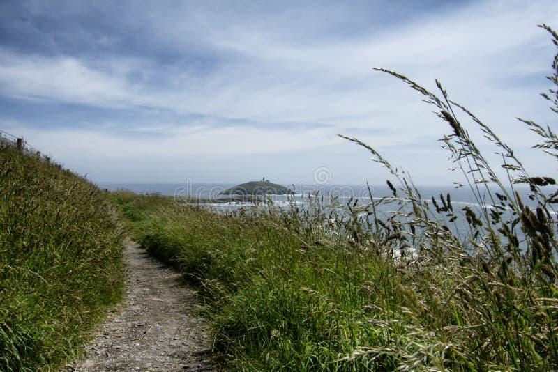 Een Ierse klippengang boven de oceaan stock foto