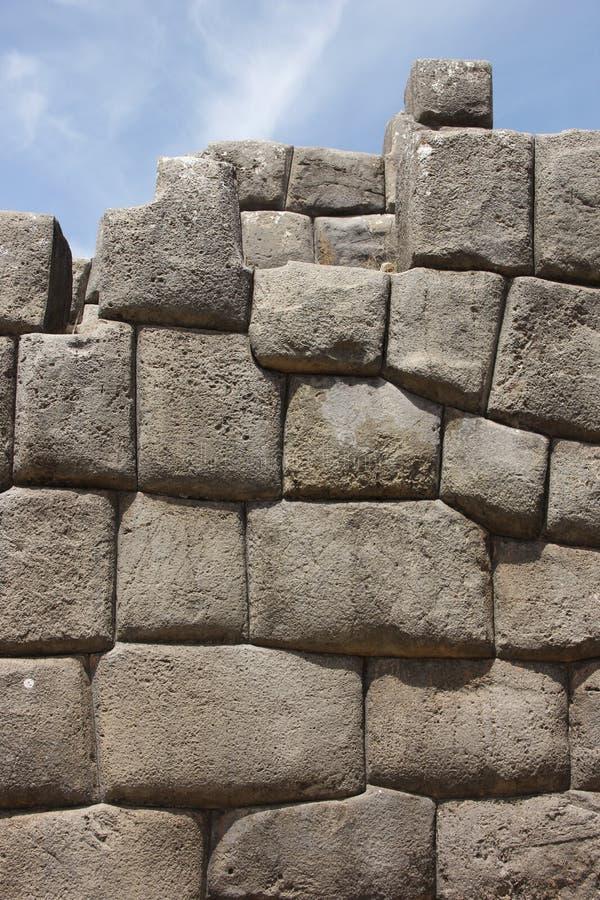 Een Inca-muur in Sacsawamen stock foto's