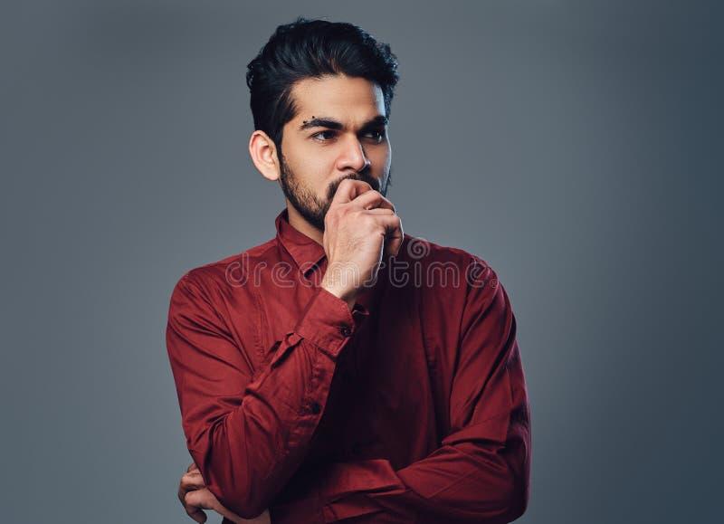 Een Indisch mannetje kleedde zich in een rood overhemd royalty-vrije stock foto's
