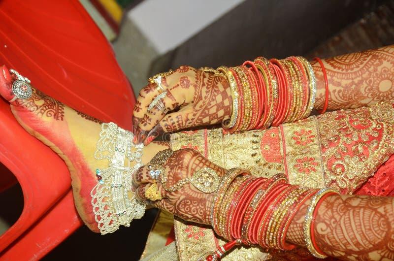 Een Indische dulhan bruidegom tonend haar payal close-up mooi schot stock afbeeldingen