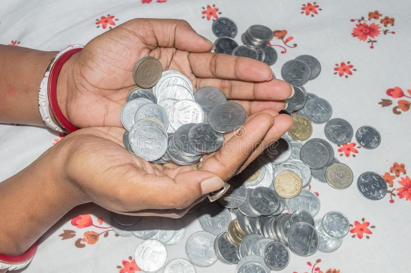 Een Indische slechte munt van de huisvrouwenholding Besparingsgeld voor het toekomstige concept exemplaar ruimteruimte voor tekst stock afbeelding