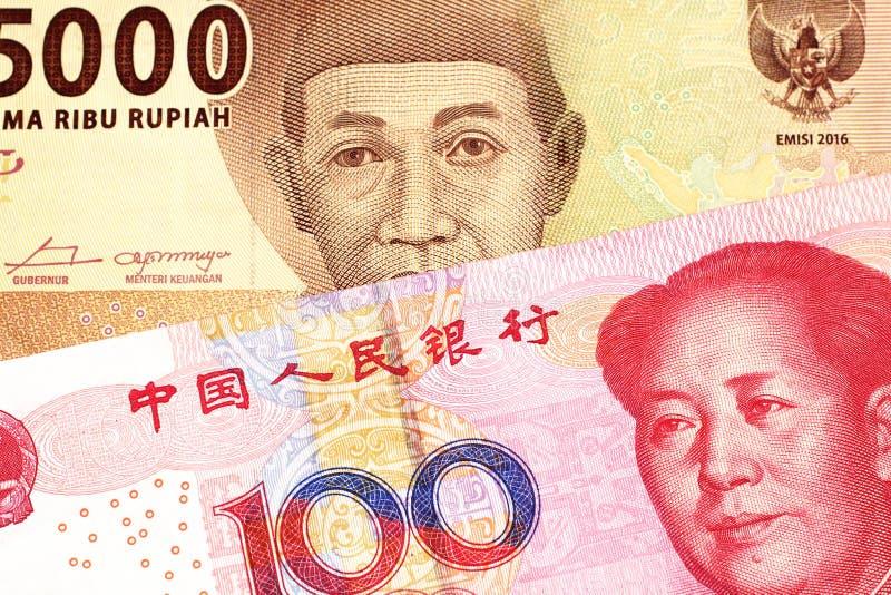 Een Indonesisch Roepiebankbiljet met een Chinese honderd yuansrekening royalty-vrije stock foto