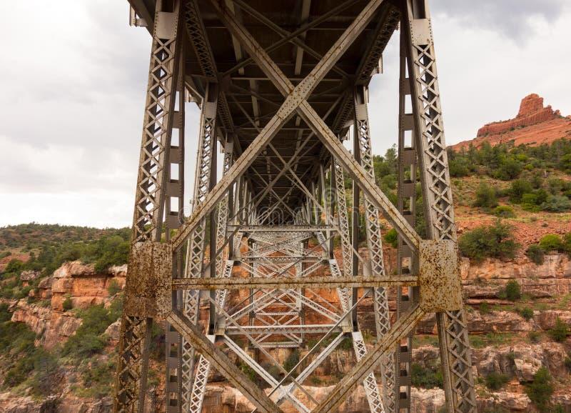 Een indrukwekkende brug over de rivier van Colorado bij sedona royalty-vrije stock afbeelding