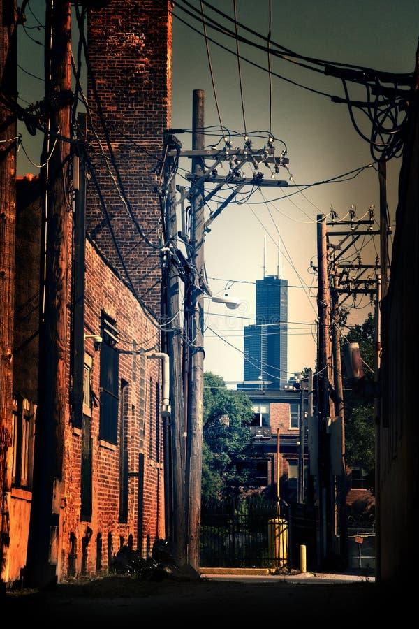 Een industriële steeg van Chicago met schroeit Willis Tower skyscrape stock foto