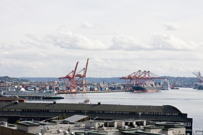 Een industriële verschepende haven en een bezige haven