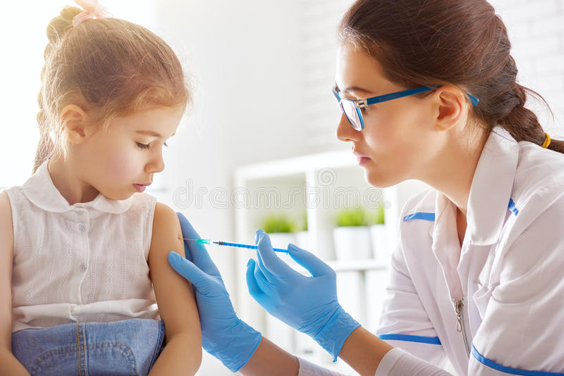 Een inenting aan een kind stock foto's