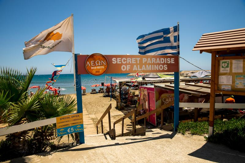Een ingang aan Geheim Paradijsstrand van Aluminos cyprus royalty-vrije stock foto