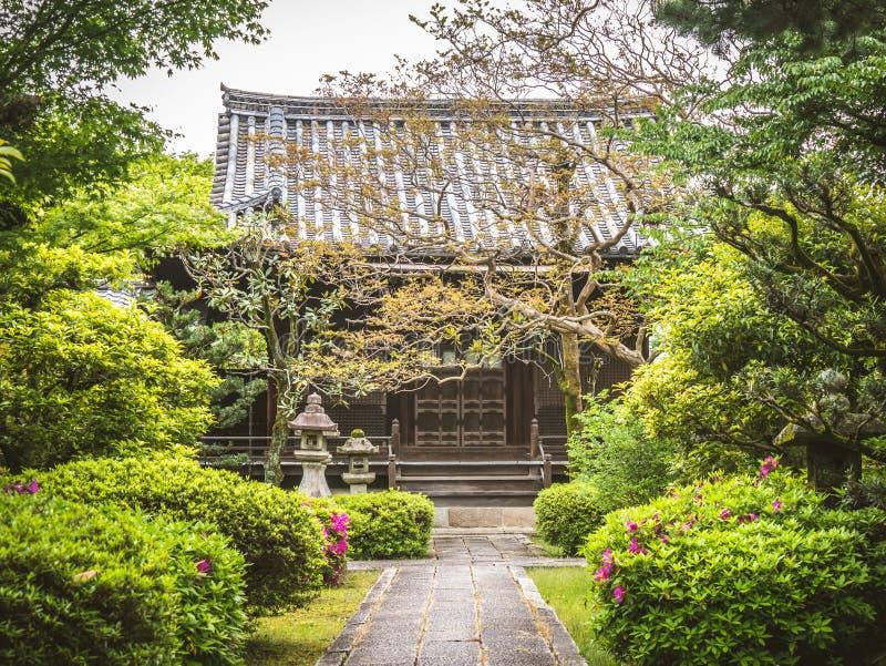 Een ingang aan een Japans traditioneel hotel Schuifdeuren bij ryokan in Japan Een yard van een traditioneel Japans huis in Kyoto royalty-vrije stock afbeeldingen