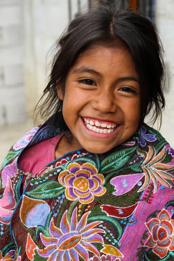 Een inheems meisje die van Tzotzil Maya buiten haar huis in een Zinacantà ¡ n dichtbij San Cristobal de la Casas, Mexico glimlach royalty-vrije stock fotografie