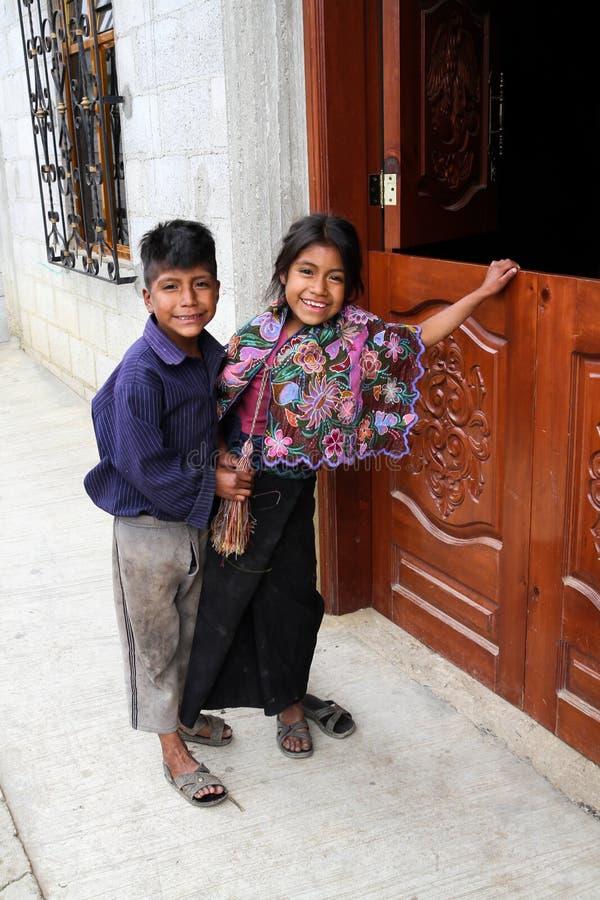 Een inheemse meisje en een jongen van Tzotzil Maya buiten een huis in een Zinacantà ¡ n dichtbij San Cristobal de la Casas, Mexic royalty-vrije stock afbeeldingen