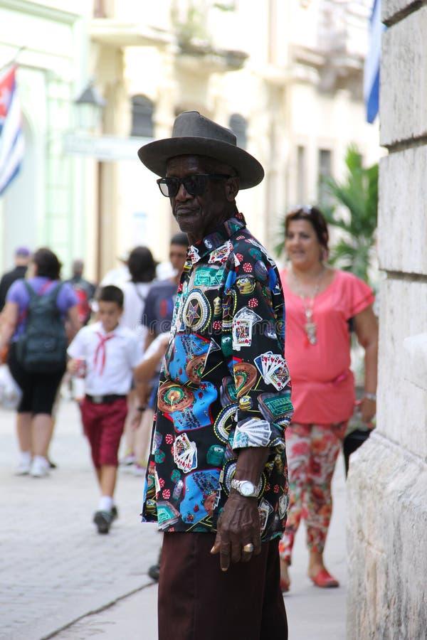 Een inwoner van Cuba, in een helder gekleurd overhemd royalty-vrije stock foto's