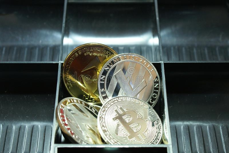 een inzameling van cryptocurrency in een lockbox stock afbeeldingen