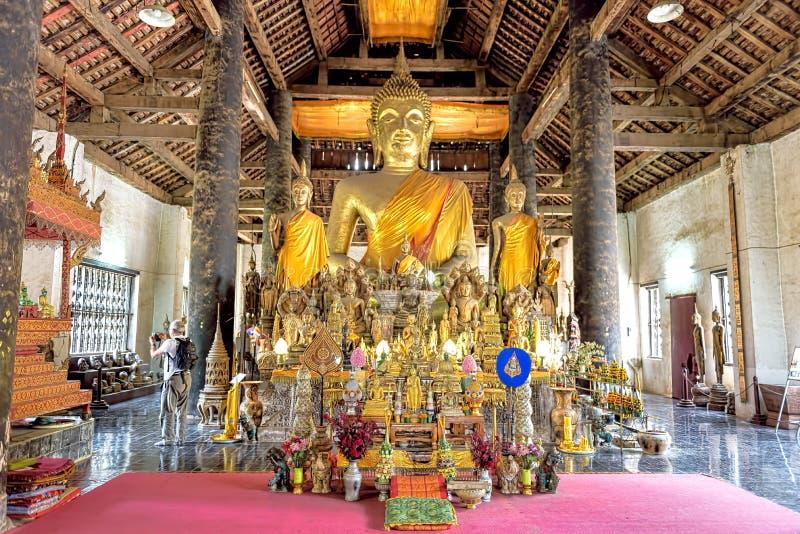Een Inzameling van de standbeelden van Boedha in de belangrijkste gebedzaal royalty-vrije stock foto