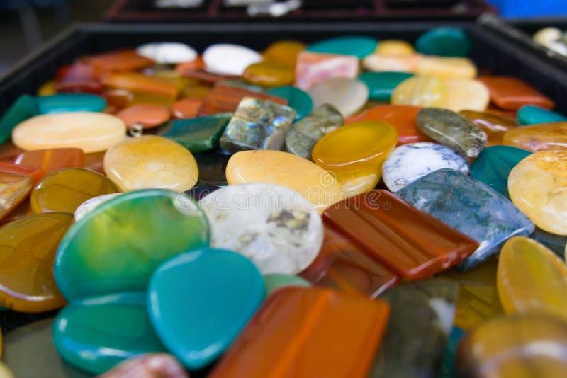 Een inzameling van kleurrijke kristallen stock fotografie