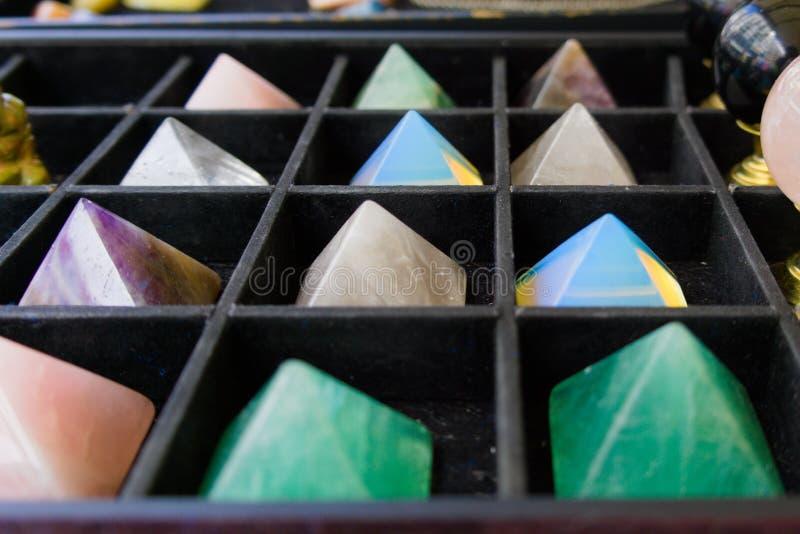 Een inzameling van kleurrijke kristallen stock afbeelding