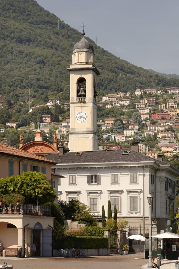 Een Italiaanse kerktoren met een berg, Meer Como, Italië stock afbeeldingen