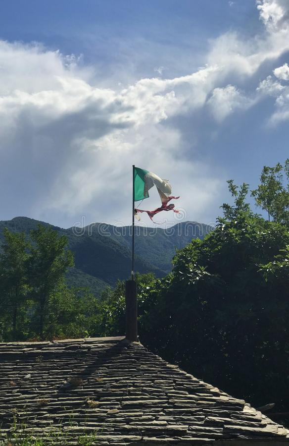 Een Italiaanse vlag in een slechte staat van behoud royalty-vrije stock afbeelding