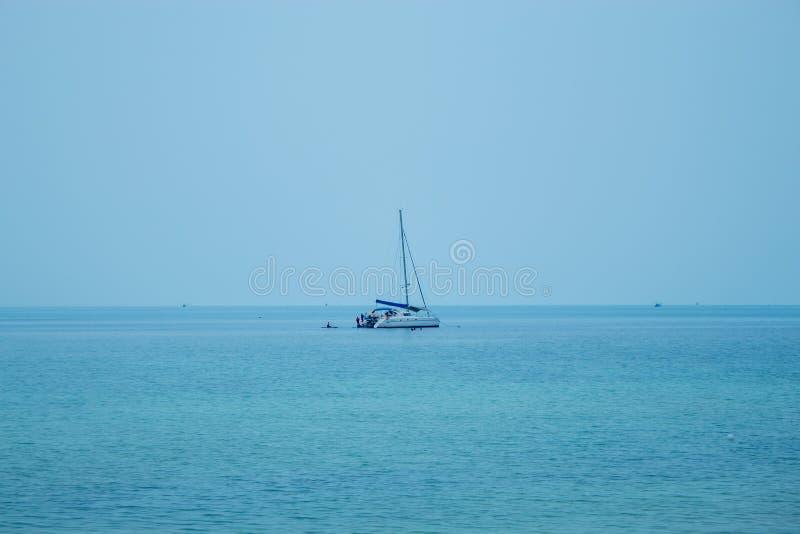 Een jacht dat toeristen neemt die en in Koh Phangan, Surat Thani snorkelen kayaking royalty-vrije stock afbeeldingen