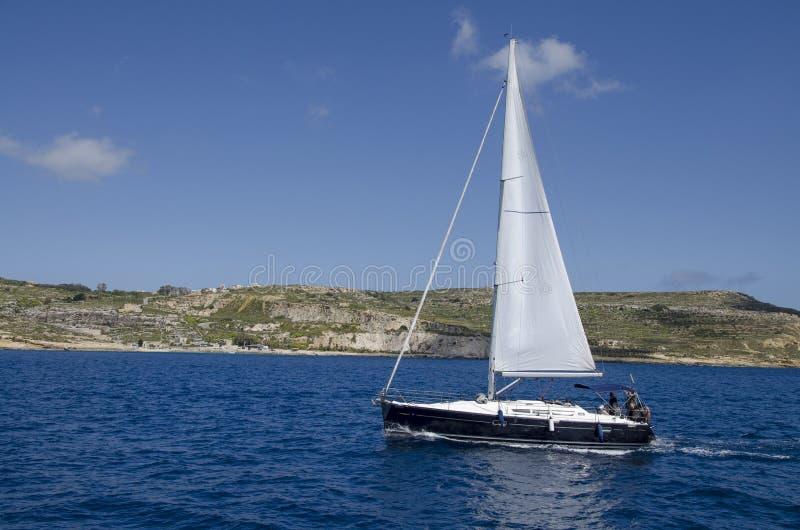 Een jacht op een cruise op zee stock afbeelding