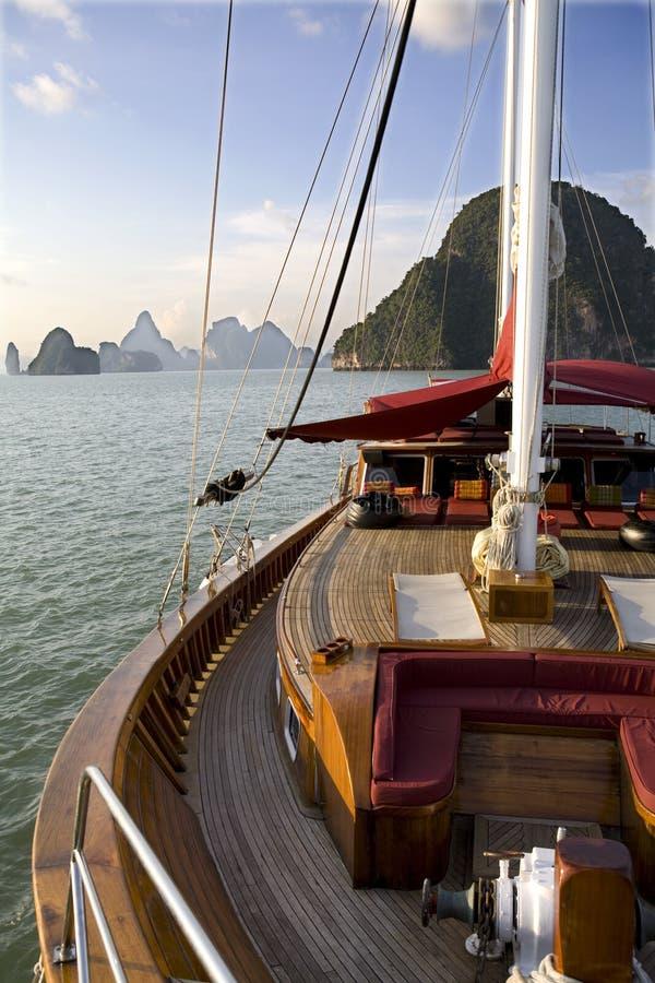 Een jacht op de oceaan royalty-vrije stock afbeeldingen