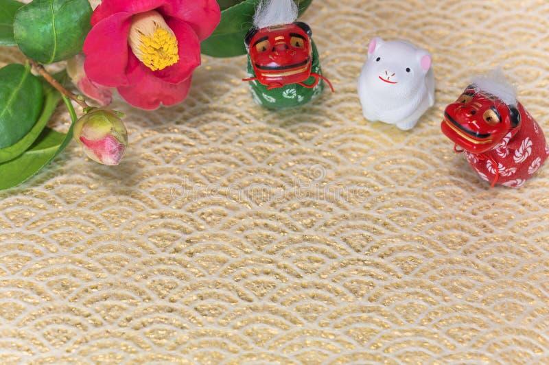 Een Japanse wenskaart met een Tsubaki-bloem die ook de winterroos en drie Folklore-dierfiguren heet stock afbeeldingen