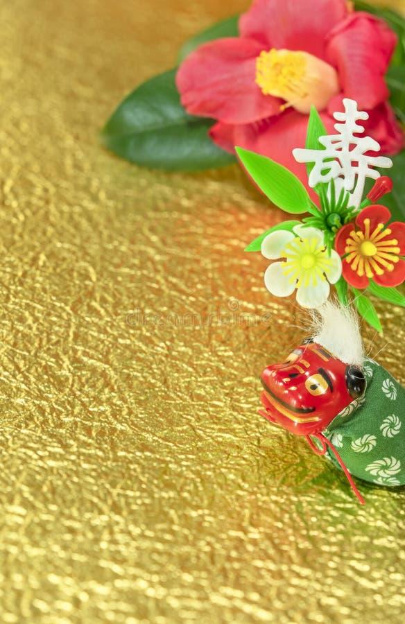 Een Japanse wenskaart met een Tsubaki-bloem die ook de winterroos en een schattig Japans Folklore-dierfiguurtje heet royalty-vrije stock afbeeldingen