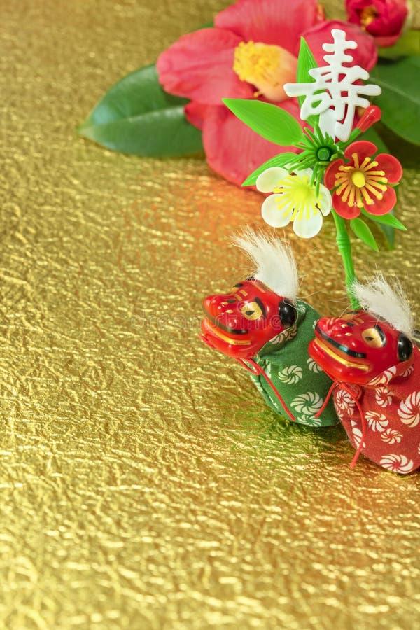 Een Japanse wenskaart met een Tsubaki-bloem die ook de winterroos en twee adorables Japanse Folklore dierfiguren heet royalty-vrije stock foto's