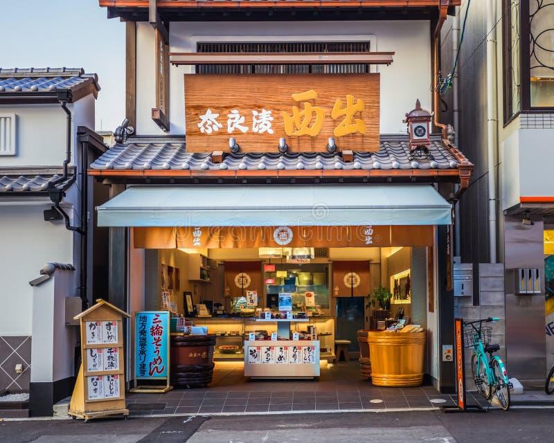 Een Japanse zoete winkel op Sanjo Dori in Nara stock afbeeldingen