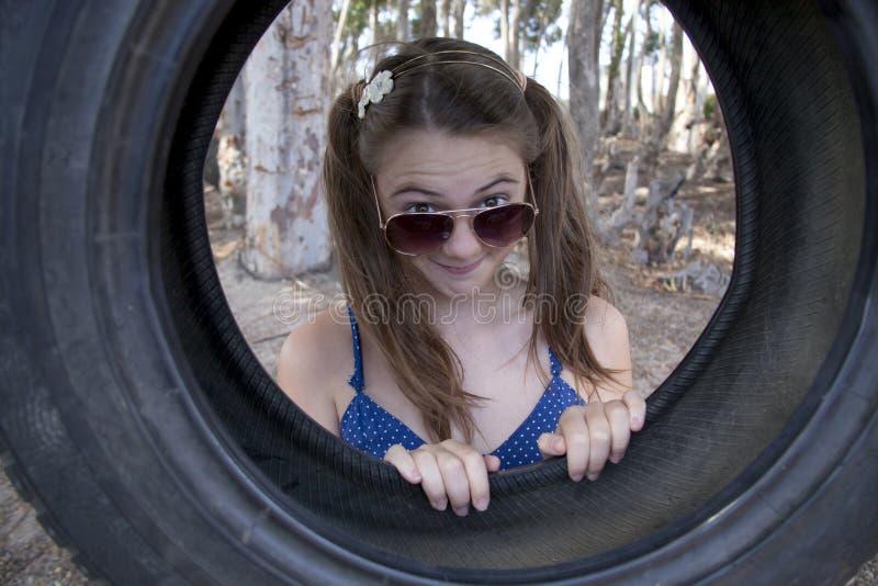 Een jong aantrekkelijk meisje die met een bandschommeling spelen royalty-vrije stock fotografie