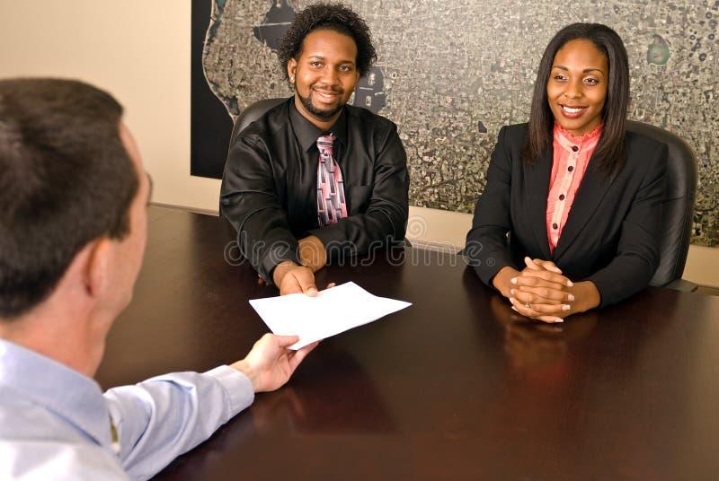 Jong Afrikaans Amerikaans paar ongeveer om documenten te ondertekenen royalty-vrije stock foto