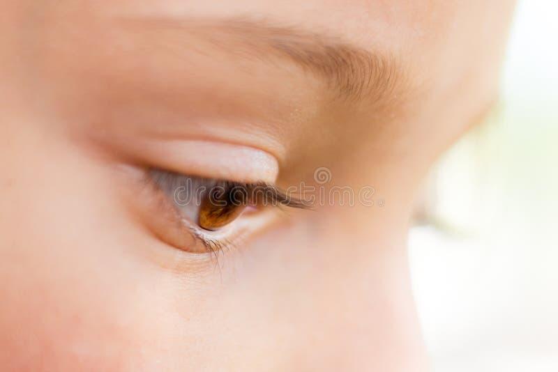 Een jong close-up van het meisjes` s oog in profiel Een blik down_ stock afbeeldingen