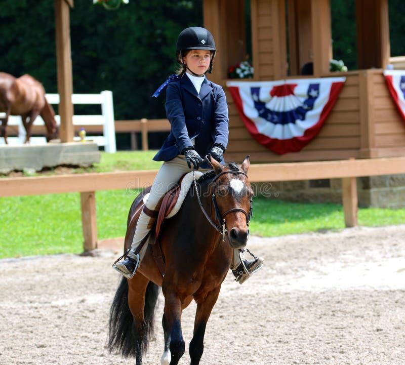 Een Jong Meisje berijdt een Paard in het Germantown-Liefdadigheidspaard toont royalty-vrije stock fotografie