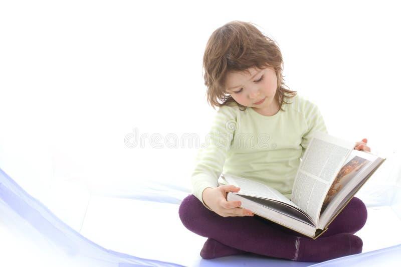 Een jong meisje dat een boek leest royalty-vrije stock afbeelding