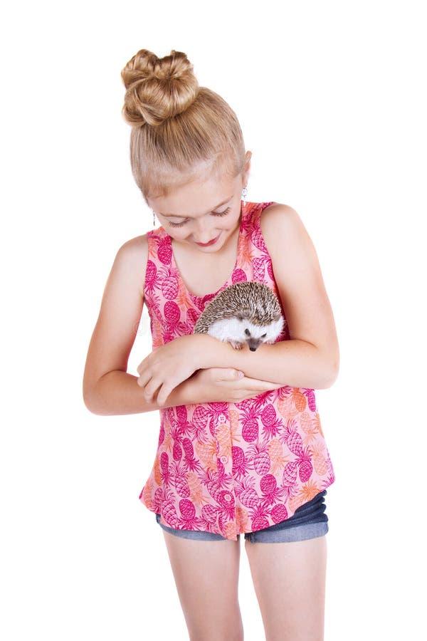 Een jong meisje die haar huisdierenegel houden stock afbeeldingen