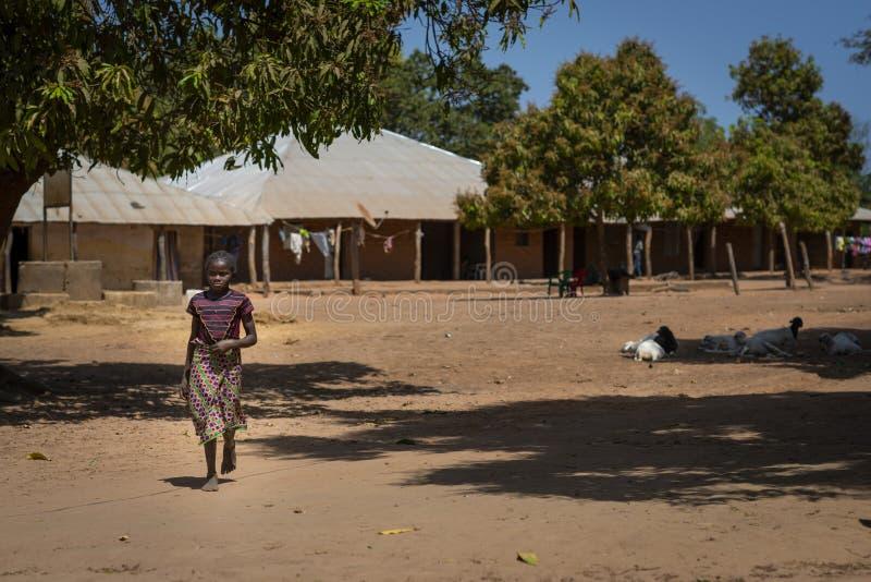 Een jong meisje in het dorp van Mandina Mandinga in Gabu Region, Guinea-Bissau stock afbeelding