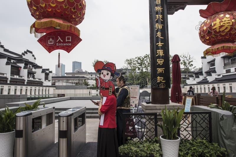 Een jong meisje met een hand die een aantal één houden teken die haar hoofd behandelen om toeristen` aandacht aan te trekken royalty-vrije stock foto