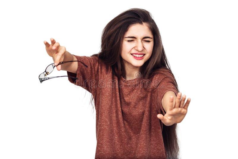 Een jong meisje met slecht zicht ziet niets zonder glazen royalty-vrije stock fotografie